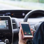 スマホを操作しながら運転する「ながら運転」を道路交通法違反により罰則へ